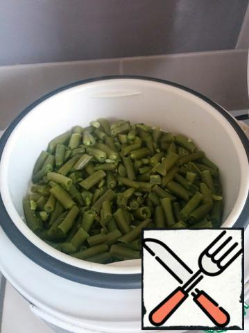 String beans are boiled in boiling water or steamed.
