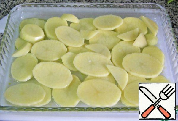 Cut the potatoes into thin slices. Put them in a form greased with oil. Season with salt and pepper. Sprinkle a little oil on top, add half a cup of water and put in the oven, preheated to 220 degrees for 18 minutes.