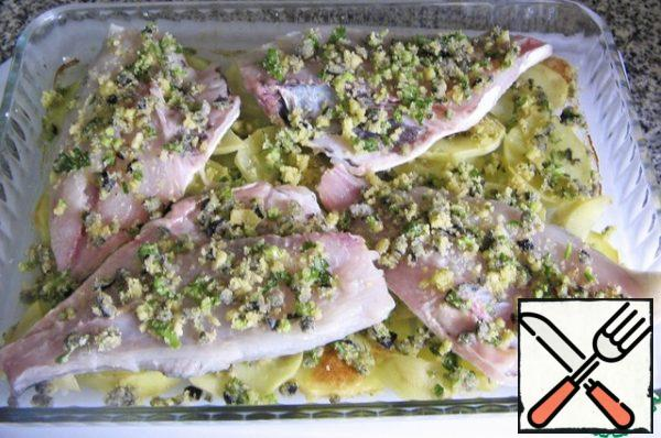 Put the dorado on top, sprinkle with the remaining mixture, you do not need to press the crumbs.