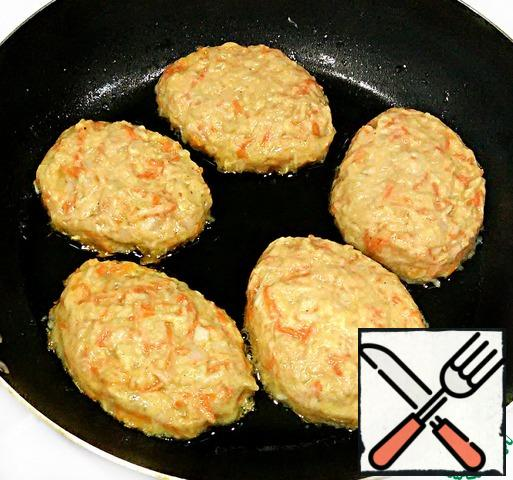 """As soon as the """"dough"""" is ready, you should immediately start frying, because the zucchini will begin to secrete juice. Spread 1 tbsp of dough on the pan and already in the pan with a spoon to trim the edges, forming cutlets. Fry the cutlets in vegetable oil on both sides until tender (until golden brown). The cutlets are tender, so you need to turn them carefully. Vegetable cutlets with cheese are ready. I like it both hot and cold."""