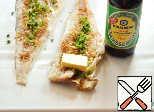 Sprinkle the fish with chopped dill. On the wide side, put a piece of frozen butter.