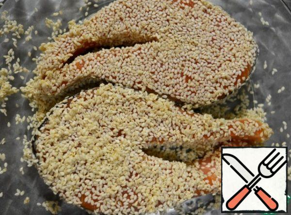 Salmon steaks are thoroughly rolled in sesame seeds, sent to a well-heated frying pan with vegetable oil. Fry on both sides for 3-4 minutes.