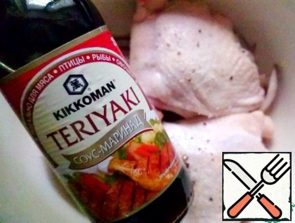 We coat the chicken thighs under the skin with mustard, and rub salt and black pepper into the skin itself from above. Put the chicken thighs in a container for marinating, add the onion and garlic, pour the marinade sauce, leave to stand for a while.