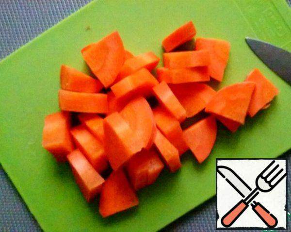 Wash, clean, cut the carrots into slices about 5 mm thick.