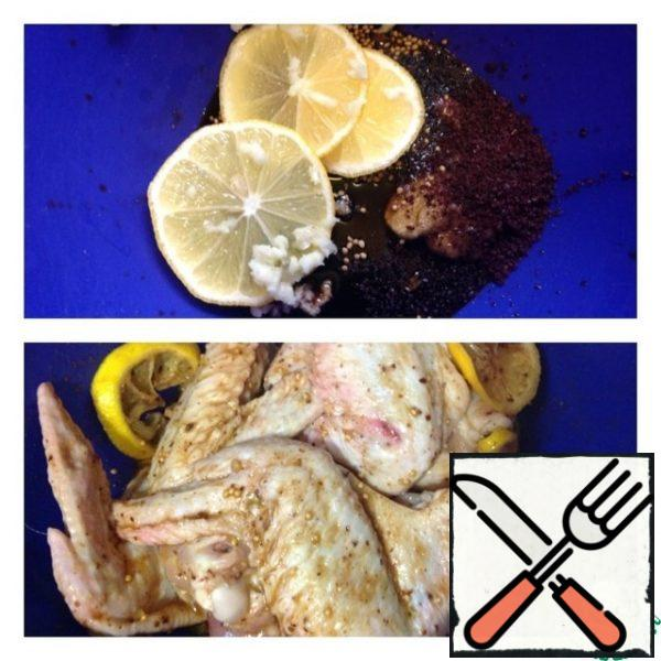 """Spread the lemon slices, sumac and garlic passed through the press. We mix the marinade and spread our wings. Carefully smear the marinade, slightly """"cheating"""" with your hands. We leave the chicken for at least an hour for marinating."""