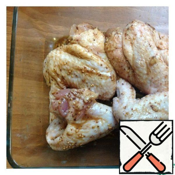 After a while, we put the wings in a baking dish along with the marinade, with the exception of lemons. We send the wings to the oven for 35-40 minutes at 190 -180 gr until ready.
