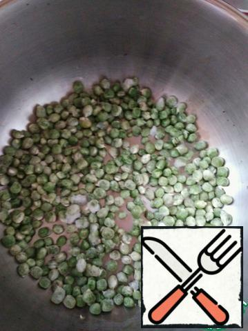 Put the fresh peas in a pressure cooker pan, it is in it that the garnish will cook in 10 minutes.