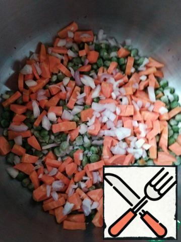 Cut the onion into small cubes, add to the pan.