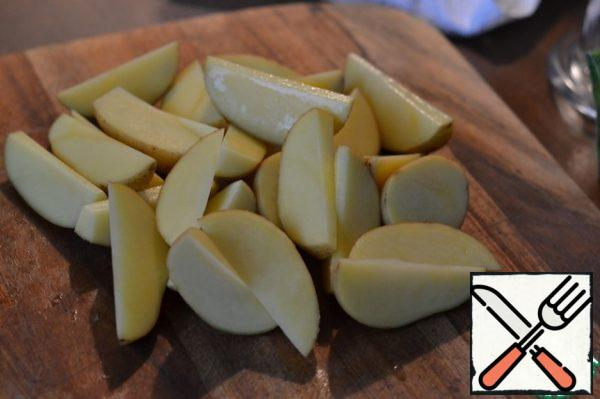 Wash and dry the potatoes. Cut into quarters.