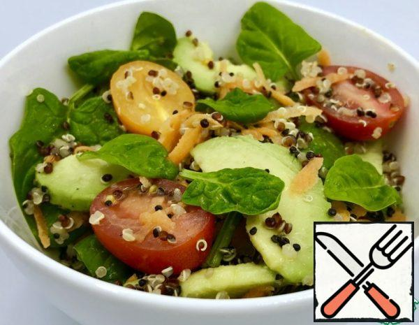 Wash the quinoa in a sieve and boil it (the ratio of cereals).:water - 1:2, cooking time 15-20 minutes). Grate the carrots, slice the avocado, and cut the cherry tomatoes into halves.
