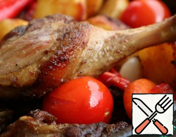 Cut the duck into pieces and rub with a mixture of salt, crushed pepper and coriander. Leave it for a while. Chop the vegetables. Put the duck in a frying pan and put it on the fire.