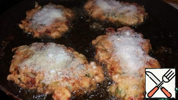 Spread with a spoon in a frying pan and fry on 2 sides in vegetable oil. If desired, you can sprinkle grated cheese on top.