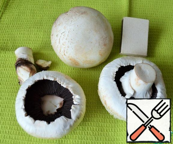 Turn on the oven to warm up. It is advisable to take very large mushrooms. Wipe them with a dry cloth.