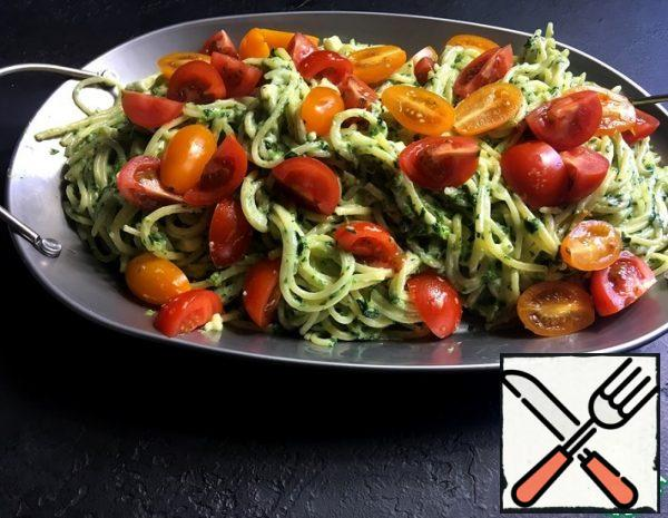 Put the spaghetti to cook. Toss the spinach with a little butter (optional) in the pan. After 2 minutes, pour the cream, add the cheese, garlic, salt if necessary.