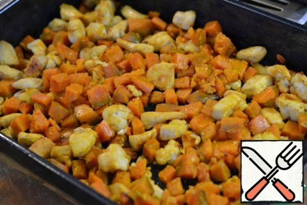 Grease the prepared baking dish or baking sheet with sunflower oil. Spread the pumpkin with the meat. Bake in a preheated oven at 200*C for 30 minutes. Heat the oil in the microwave. You can add dry sage or garlic.