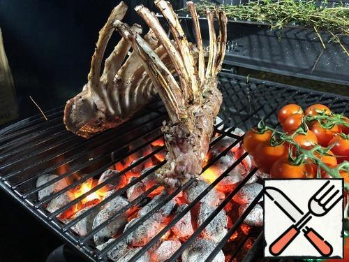 Rub with olive oil, add thyme, salt and pepper and leave for 30 minutes. On the average heat of the coals, fry for 2 minutes on each side, including the ends, transfer to indirect heat and keep the lid closed for another 5-7 minutes. Next, open the cut and rather eat!