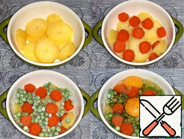I poured a spoonful of butter on the bottom of the mold. Potatoes and carrots were peeled, cut into rings and put in a mold. I poured frozen peas and broke the eggs. I added chopped roots, pepper and salt. I poured a spoonful of butter on top.