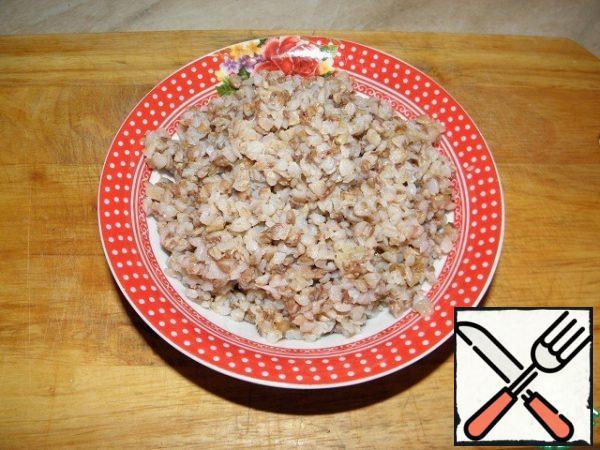 Prepare buckwheat porridge according to the main recipe.
