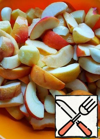 Peel 1 head of garlic. Add the garlic cloves to the hams, plus the apples, potatoes and vegetable oil. Add a little salt.