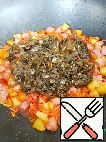 Add the seaweed and finely chopped garlic. If necessary, add a little boiling water, so that it does not burn.