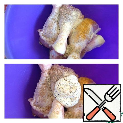 Add all the spices and mayonnaise to the chicken drumsticks (you can replace it with sour cream). Mix thoroughly and leave the chicken to marinate for at least an hour.