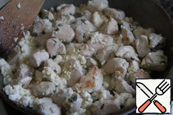 Add salt to the chicken and add the pieces of cheese. Pour in the water. Stir and simmer a little under the lid. Garnish with mint sprigs or individual leaves and serve as a hot dish.