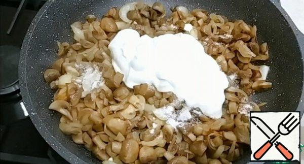 Add sour cream, salt and pepper. Mix well. When the sour cream boils, cover the pan with a lid and simmer for 10-15 minutes.