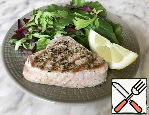 Prepare the marinade-mix oregano, thyme, black pepper and olive oil. Salt the tuna fillets on both sides and marinate for 15 minutes at room temperature.