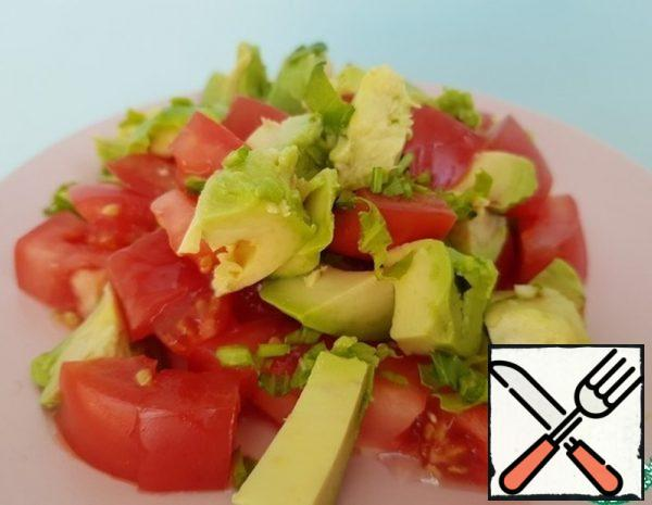 Peel the avocado, remove the stone, cut into medium cubes, and cut the tomato into thin slices. Pass the garlic through the press. Finely chop the parsley.
