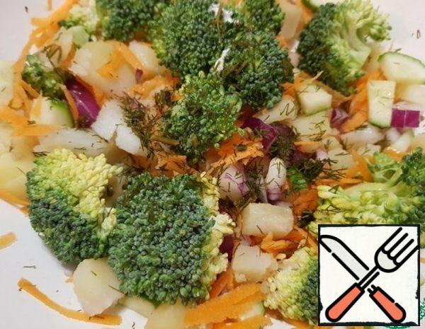 Divide the broccoli into small pieces and mix with grated carrots, boiled potatoes and fresh cucumber. Add the onion, parsley, dill and season the salad with mayonnaise.