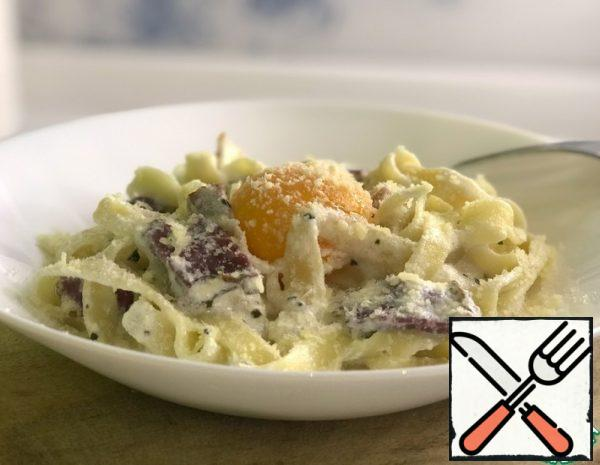 1) cook the pasta until Al dente (7 minutes); 2) fry the garlic in olive oil and then remove it; 3) fry the bacon; 4) add spices (oregano, basil); 5) add the cream and simmer over low heat;