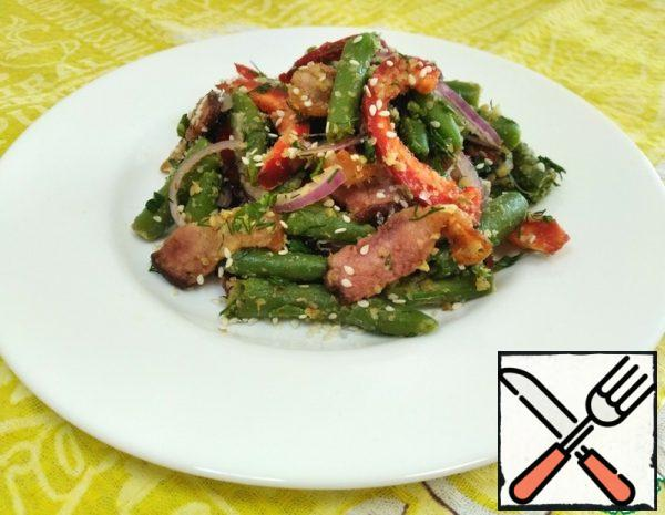 Boil the string beans for 3 minutes, season with lemon juice and spices, and mix well. Cut the onion into thin half-rings, finely chop the green onion. Cut the pepper into thin slices. Grate the almonds on a fine grater or grind them in a blender. Chop the garlic. Cut the bacon into slices and fry.
