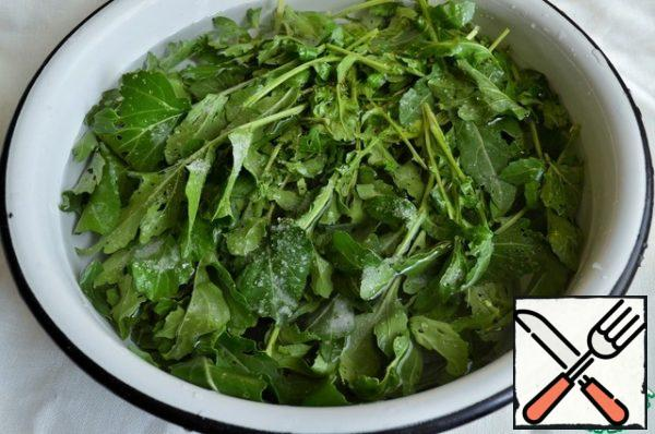 Fill the arugula with cold water, add 1 tablespoon of salt, leave for 5-7 minutes, then rinse in running water and dry.