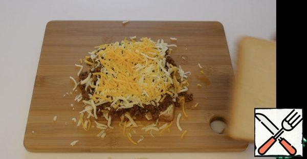 On top of the minced meat again Mozzarella and cheddar cheese
