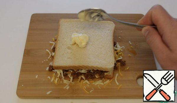Cover the toast with a little pressure on top, top the toast with mayonnaise until one side