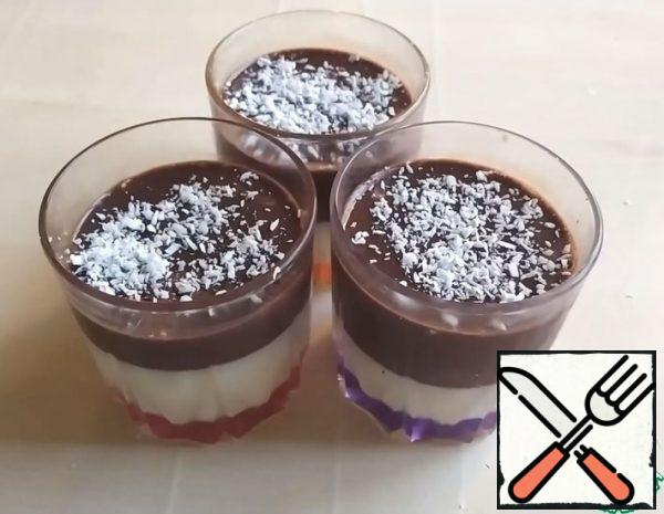 1. Add 100 ml of milk to the gelatin and leave to swell. 2. Pour 400 ml of milk into a saucepan and add the swollen gelatin. 3. Put the saucepan on the fire until the gelatin dissolves. DO NOT BOIL! 4. Remove from the heat and add sugar.