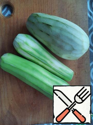 Peel the zucchini and eggplant.