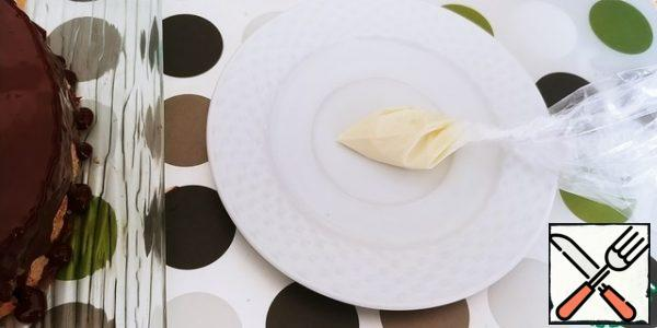 We spread the white chocolate in a small cornetik, cut off the spout.
