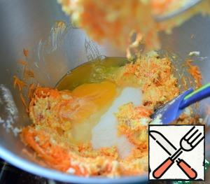 Grate the carrots on a fine grater, cut the dried apricots finely, add everything to the curd mass, add sugar and add the whites and yolk. If you have small eggs, you can take two whole eggs.