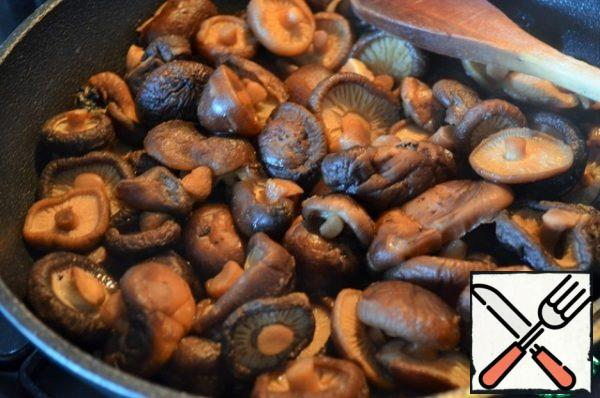 Drain the mushrooms, add to the pan, pour in 5 tbsp. l. mushroom broth, simmer for 5 minutes. PS : on the remaining mushroom broth, you can prepare soup or sauce, you can freeze for later use.