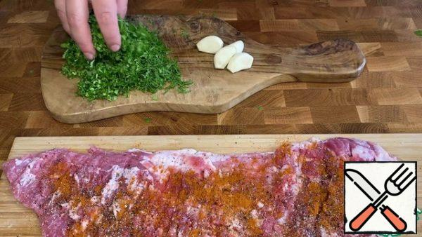 Finely chop the greens and spread them on the meat.