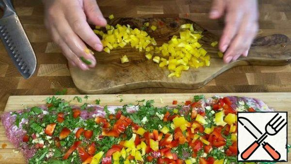 Finely chop the bell pepper and spread it over the entire surface.