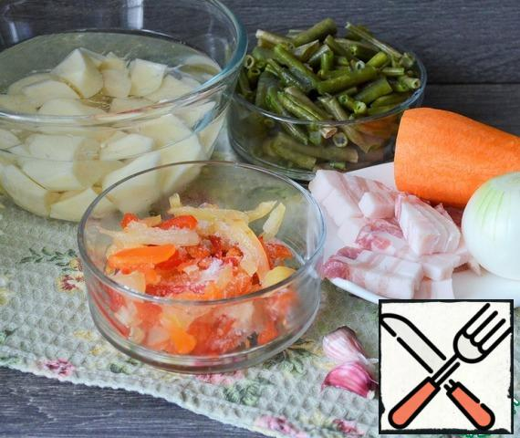 Prepare other foods. Wash and peel the vegetables. The weight of the vegetables is indicated in the peeled form. Cut the pork belly into thin slices.