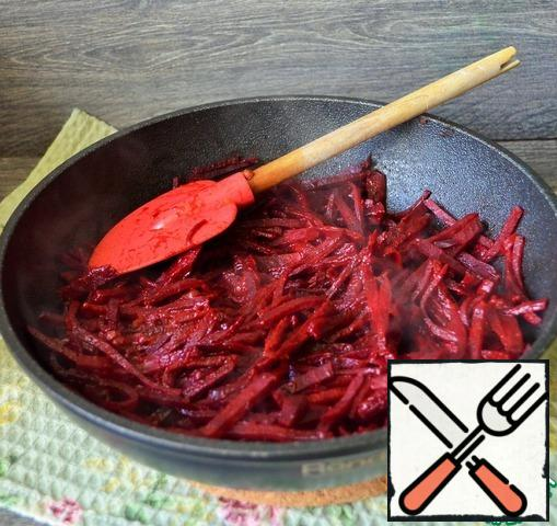 In a deep frying pan, heat 1 tablespoon of vegetable oil, fry the beets for a couple of minutes, stirring, the heat is above average. Add the tomato paste and 1 tsp fry, mix, reduce the heat, cover and simmer for 10 minutes, make sure that it does not burn. Then pour in 1 ladle of boiling water and simmer for another 20-25 minutes.