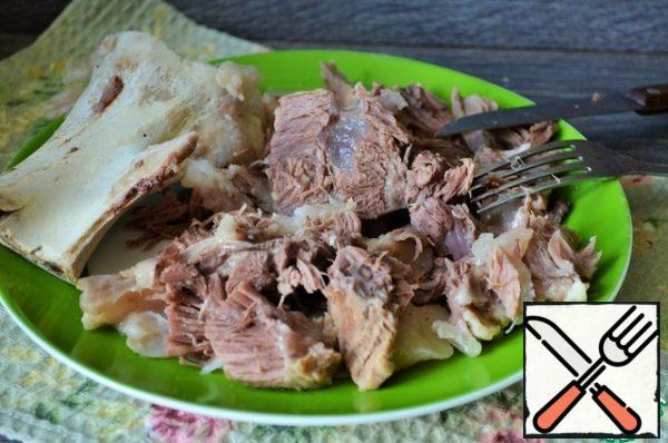 The meat is disassembled, cut or cut with a fork into convenient pieces, transfer to a saucepan. In a saucepan, add the beet mass, lemon juice. If desired, bring boiling water to the desired density. Don't let it boil too much!