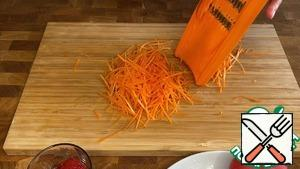 Grate the carrots on a grater for Korean carrots.