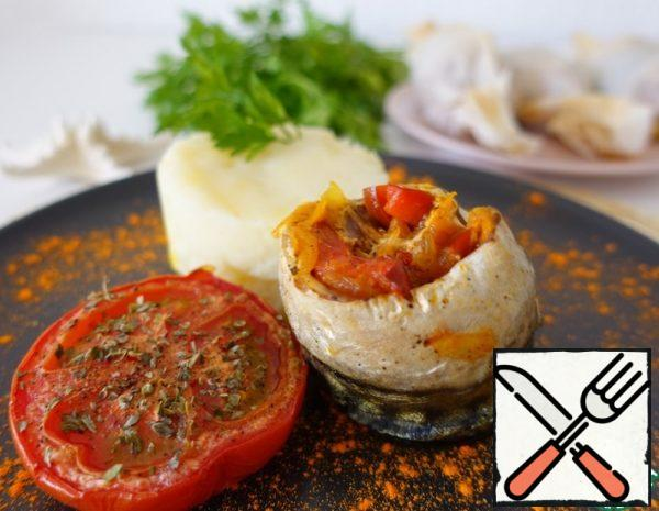 1. Fry the vegetables in vegetable oil until half cooked. 2. Then add the tomato juice and simmer for 3-5 minutes. 3. Pour the lemon juice over the mackerel fillet, season with salt and pepper. 4. Put the vegetables on the fish in a thin layer, wrap in a roll and twist in baking paper, like a candy.