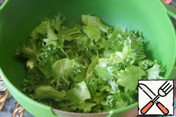 Line the edges of a flat dish with lettuce leaves. Pick the remaining salad with your hands and put it on a platter in an even layer. And you can put it in a bowl, where you will mix the vegetables.