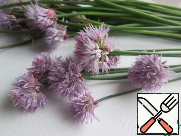 Get the butter out of the refrigerator in advance. Cut the blooming chives. If the arrows are hard, then they are not suitable for further cooking, and if you cut the onion in the initial stage of flowering, then the arrows of the chives can be used. This will be a separate story and recipe.