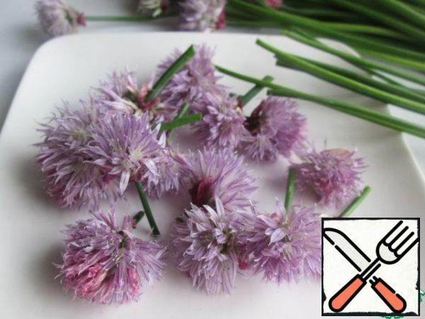 Separate the inflorescences from the stems. The stems will no longer be needed here, for adding to the oil, you need to take the delicate feathers of a schnitt onion, or ordinary green.